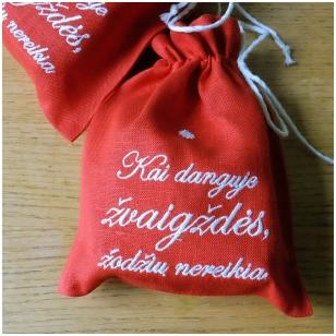 Arbata raudoname lininiame maišelyje